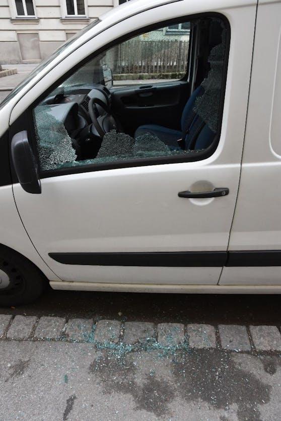 Der Verdächtige schlug die Scheibe des Fahrzeugs ein.