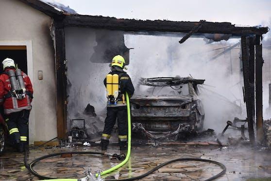 Carport und Garage standen in Flammen
