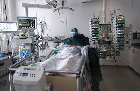 Corona-Intensivstation eines Krankenhauses. Die Zahl freier Betten wird immer kleiner.