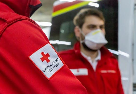 Ein Sanitäter mit Schutzmaske. Symbolbild