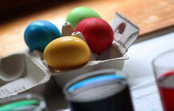 Bunte Ostereier: Jetzt Warnung vor Eiern aus Käfighaltung.