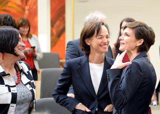 Sonja Hammerschmid mit SPÖ-Chefin Pamela Rendi-Wagner im Rahmen einer Sondersitzung des Nationalrates im Mai 2019