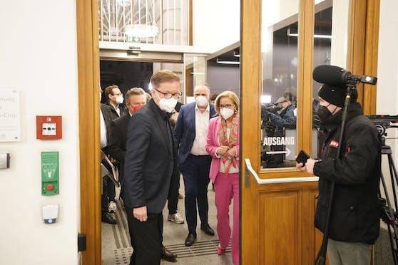Die Landes-Chefs werden vom Gesundheitsminister empfangen. Dann wird hinter verschlossenen Türen verhandelt.