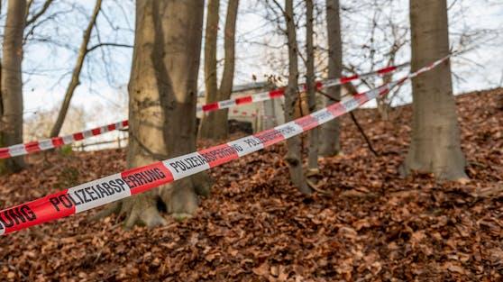 Polizei-Absperrband in einem deutschen Wald. Symbolbild