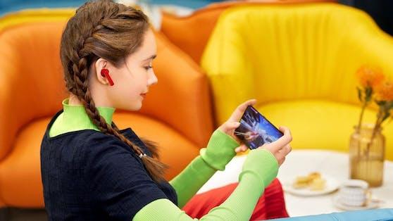 Eine Ladung im Ladegehäuse, dem Charging Case, ermöglicht eine Nutzungsdauer von 22 Stunden Musikgenuss oder 14 Stunden an Telefonaten.