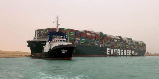 """Die 400 Meter lange """"MV Ever Given"""" blockiert aktuell den Suez-Kanal."""