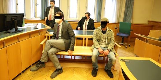 Die Angeklagten (vorne), die Verteidiger Josef Phillip Bischof (hinten rechts) und Harald Schuster (links hinten)