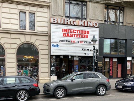 Das Kino hat sich für vorbeigehende Passanten etwas Nettes ausgedacht.