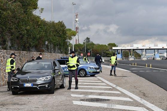 Italienische Polizisten kontrollieren Autofahrer. Symbolbild.