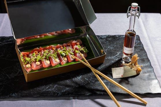 Thunfisch Sashimi mit Ponzu-Sauce und einem Stück Alpenbutter
