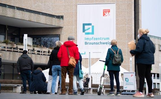 Warteschlange vor dem Impfzentrum in der Stadt Braunschweig, Niedersachsen, am 24. März 2021