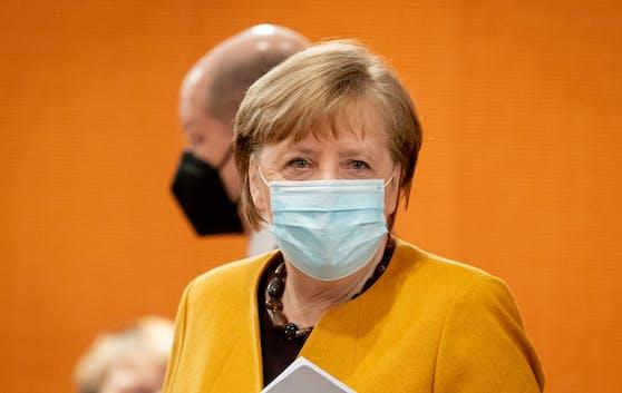 Die deutsche Bundeskanzlerin Angela Merkel (CDU), dahinter Vizekanzler und Finanzminister Olaf Scholz (SPD).
