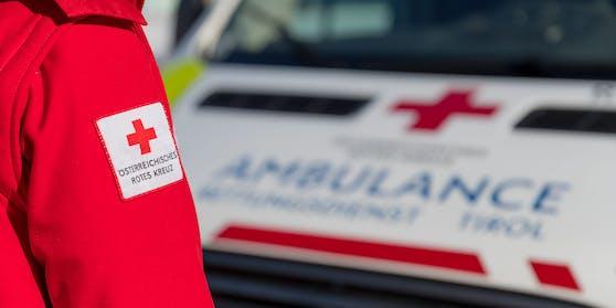 Ein Sanitäter Roten Kreuzes vor einem Rettungswagen in Schwaz, Tirol. Symbolfoto