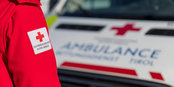 Die Salzburger Polizei fahndet nach einem mit dem Coronavirus Infizierten, der aus einem Rot-Kreuz-Wagen gesprungen und geflüchtet ist (Symbolfoto)