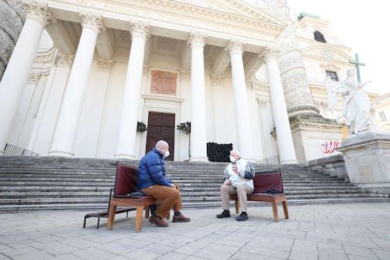 Christian Kneisz (56), Pastoralassistent der Pfarre zur Frohen Botschaft, verlegte die Seelsorge vor die Karlskirche.