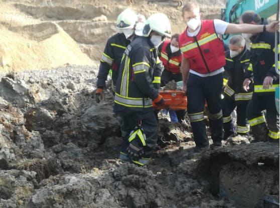 Die Freiwillige Feuerwehr Geretsberg (Bez. Braunau) befreite den Arbeiter aus der Grube.