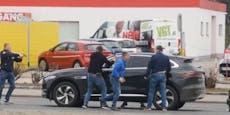 Polizisten ziehen Jaguar-Fahrer in Favoriten aus Auto