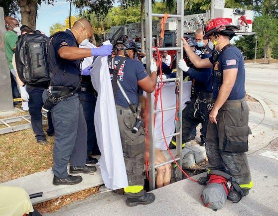 Im US-Bundesstaat Florida wurde eine Frau drei Wochen lang vermisst. Nun haben Feuerwehrleute die 43-Jährige aus einem Abwasserrohr gerettet.