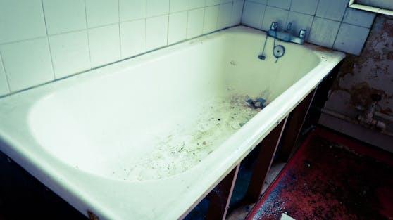 (Symbolbild) Was die Polizei im Badezimmer fand, war ein furchtbarer Anblick.