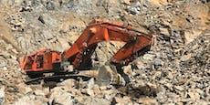 Bagger stürzte in Steinbruch 60 Meter tief