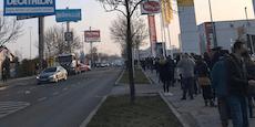 500 Meter lange Schlange vor Wiener Sportgeschäft