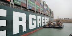 Containerschiff ist freigelegt und bewegt sich