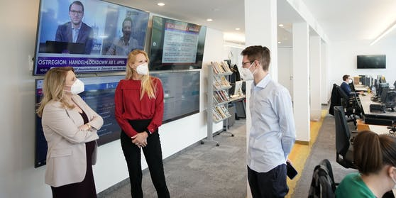 """Susanne Raab im """"Heute""""-Newsroom mit Herausgeberin Eva Dichand und Heute.at-Chef Clemens Oistric"""