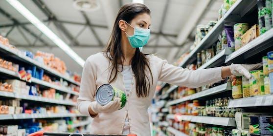 Eine Kundin trägt beim Einkaufen einen Mund-Nasen-Schutz.