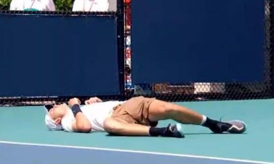 Jack Draper bricht während des Ballwechsels zusammen.