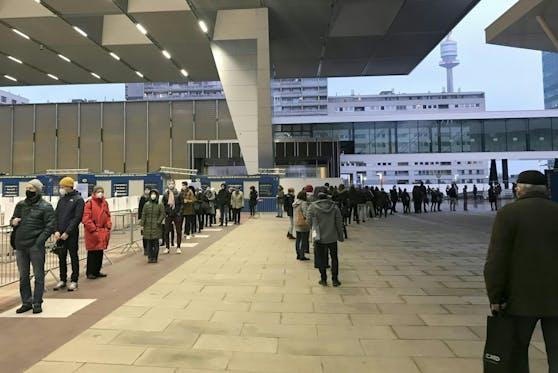 Am Donnerstag bildete sich vor dem Austria Center eine immens lange Warteschlange. Symbolbild.