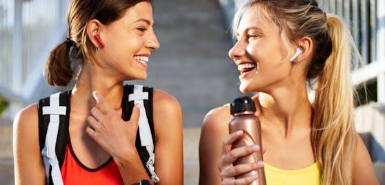 Um mit anderen kommunizieren oder die Umgebungsgeräuschewahrnehmen zu können, musst du die Kopfhörer nicht abnehmen. Es reicht, wenn du sie gedrückt hältst,um in den Awareness-Modus zu wechseln.