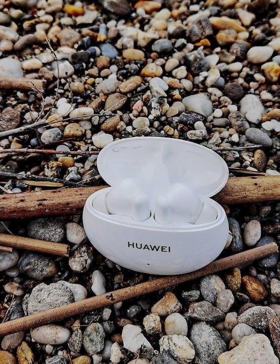 Danke seiner Form und Größe liegt das kompakte Ladegehäuse ideal in der Hand und macht die smarten In-Ear-Kopfhörer zum optimalen Begleiter für jeden Tag.