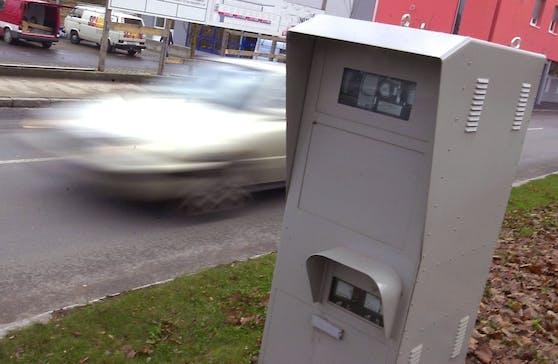 Auf der Jagd nach Schnellfahrern – ein Radargerät am Straßenrand. Symbolbild