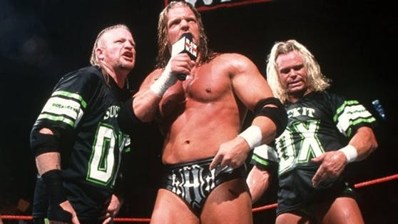 Road Dogg (links) mit Triple H und Billy Gunn