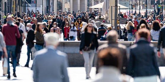 Menschen auf der Kärntnerstraße.