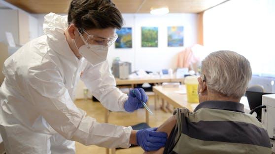 Pensionist erhält Corona-Impfung. (Symbolbild)