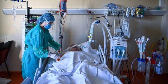 Corona-Patient auf der Intensivstation eines Spitals. Die Kapazitätsgrenzen werden erreicht.