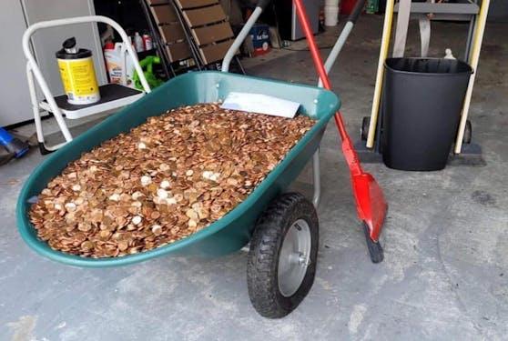 Der letzte Gehaltsscheck wurden einem ehemaligen Mitarbeiter in den USA in Münzen vor das Haus geliefert.