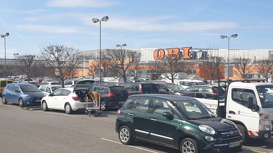 Die Parkplätze vor den Baumärkten waren bereits in den Morgenstunden voll.