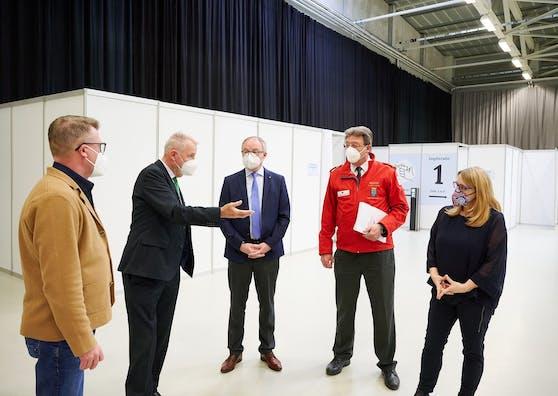 Neustadts Bürgermeister Klaus Schneeberger, Pernkopf, RKNÖ-Chef Josef Schmoll und Königsberger-Ludwig.
