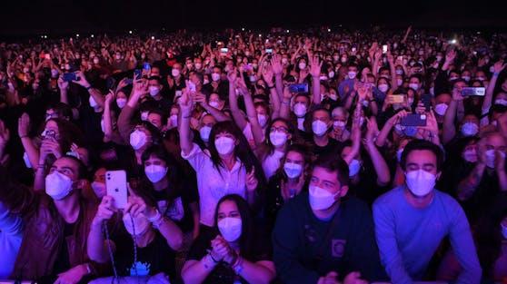 Für 5.000 getestete Musikfans ging am Wochenende in Barcelona ein Traum in Erfüllung: Sie durften endlich wieder ein Live-Konzert erleben.