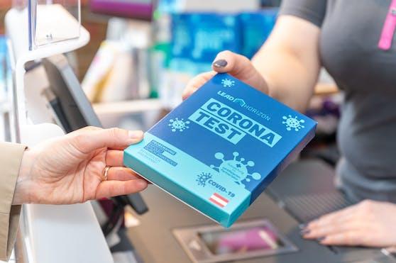 """Im Rahmen von """"Alles gurgelt""""stellt die Stadt Wien gratis PCR-Gurgeltests in allen 620 REWE-Standorten in ganz Wien (Billa, Billa Plus, BIPA, Penny, Tankstellen mit REWE-Shops) zur Verfügung."""