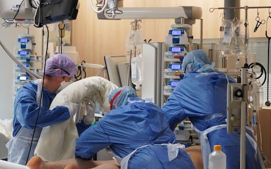 Ein Corona-Patient wird auf der Intensivstation einer Tiroler Klinik betreut.