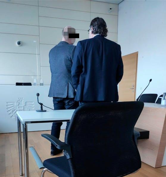 Der Angeklagte mit Verteidiger vor Gericht.