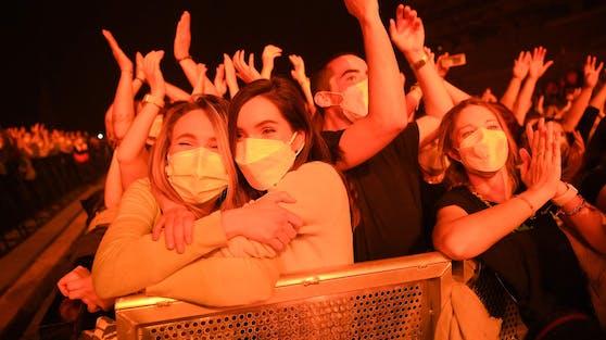 """Negative Tests, ein raffiniertes Sicherheitskonzept, Schutzmasken: Die Fans haben das """"Love of Lesbians""""-Konzert in Barcelona sichtlich genossen."""