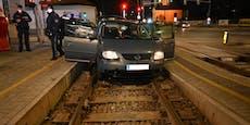 Schlepper flüchtet vor Polizei auf Badner Bahn-Gleis