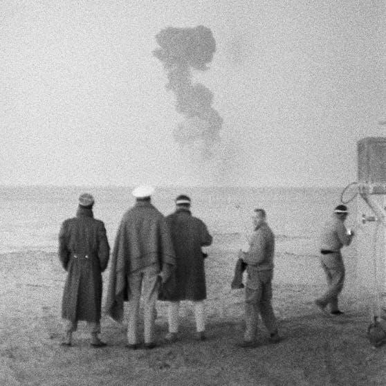 """Foto des französischen Atombombentests """"Gerboise rouge"""" am 27. Dezember 1960 in der Wüste von Algerien"""