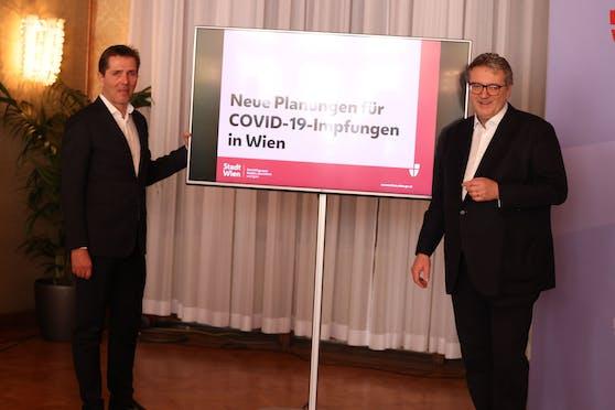 Der Medizinische Direktor des Wiener Gesundheitsverbundes Michael Binder (li.) und Gesundheitsstadtrat Peter Hacker (SPÖ) stellen den neuen Impfplan der Stadt Wien vor.