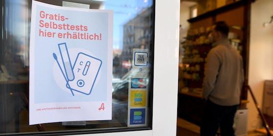 Ein Hinweis auf kostenlos erhältliche Covid-19 Antigen-Heimtests an einer Apotheke in Wien am 1. März 2021