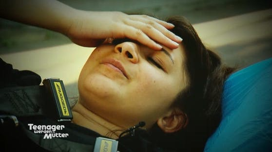 """Katarina hat bei der Geburt ihrer Tochter mit starken Schmerzen zu kämpfen. """"Ich dachte, ich sterbe"""", erinnert sie sich."""